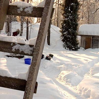 Siikasuon mökin pihapiirin vanha sauna on edelleen käytössä.