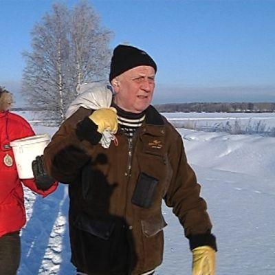 Martti Mannersuo ja Jaakko Hakola vievät ruokaa peltopyille.