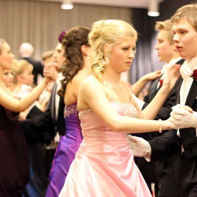 Lukiolaiset Wanhojen tansseissa.