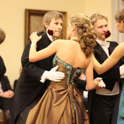 Lukiolaiset tanssivat Wanhojen tansseja.