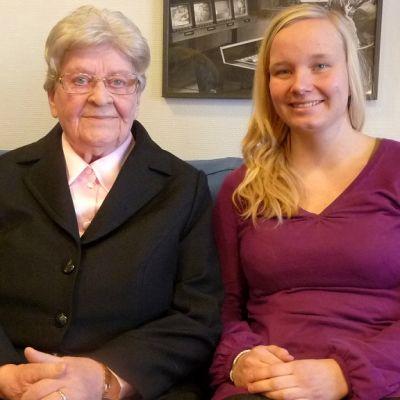 Marjatta Nurmi aloitti valokuvausharrastuksen sotien jälkeen, ja diakoniatyöntekijä Maria Orjala kannustaa muitakin ikäihmisiä tarttumaan kameraan.