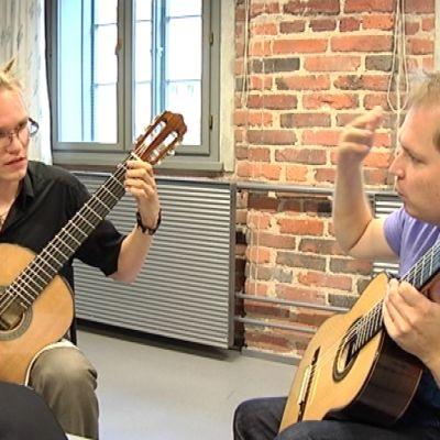 Kitaristi Ismo Eskelinen neuvoo musiikkipedagogiopiskelija Ilkka Turtaa soittotekniikassa.