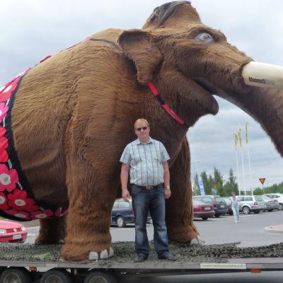 Veeti-mammutti ja omistaja Vesa Nylander