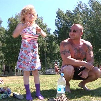 Janita Varis Linnunlahden rannalla isänsä Matti Variksen kanssa.