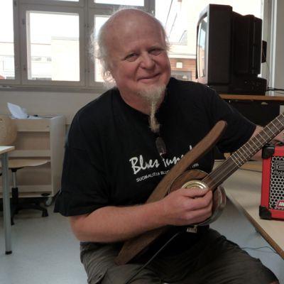 Jukka Mäkelä näppäilee yksikielistä pursasta.