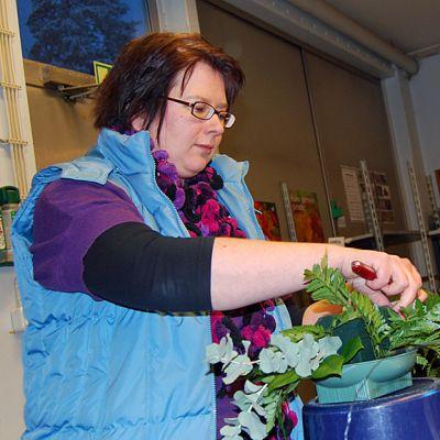 Katja Moilanen tekee kukka-asetelmaa