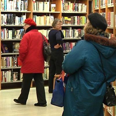 Kuvassa asiakkaita Pietarsaaren kirjastossa.