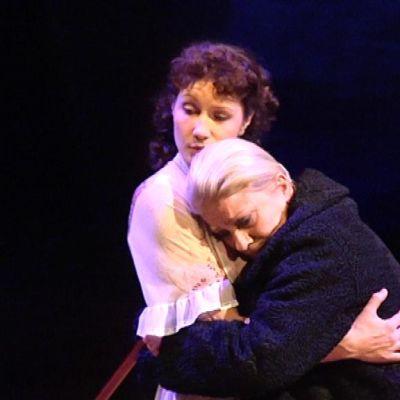 Ilona ja Loviisa halaavat Niskavuori-näytelmässä
