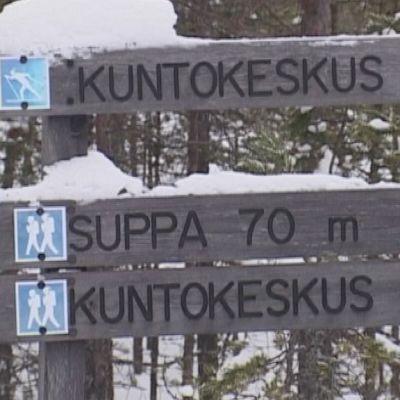 Rokuan kuntokeskuksen alueen hiihtolatujen opastusviittoja