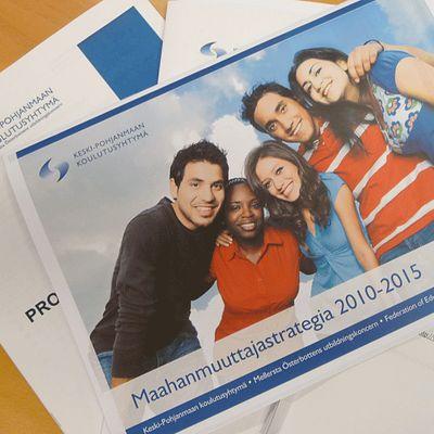 Kuvassa koulutuskuntayhtymän maahanmuuttajastrategia  ja asiakirjoja