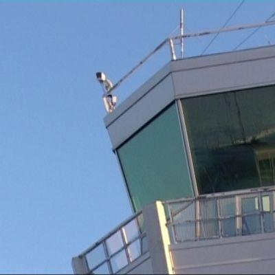 Joensuun lentoaseman lennonjohtotorni.