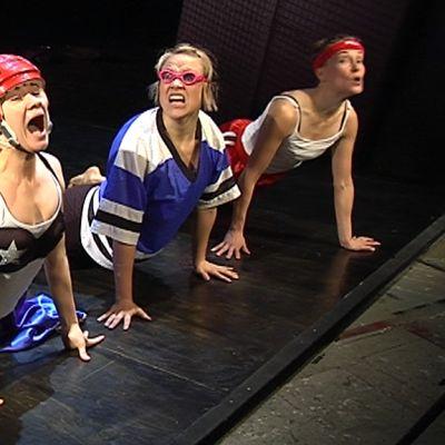 FitFatFuckedup-näytelmän tanssijat lavalla.