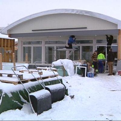 Rakennusmiehiä rakentamassa Käkelän palvelutaloa Orimattilassa