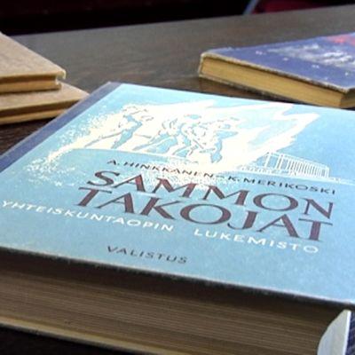 Koulun kätköistä löytyi mm. vanhoja kirjoja.
