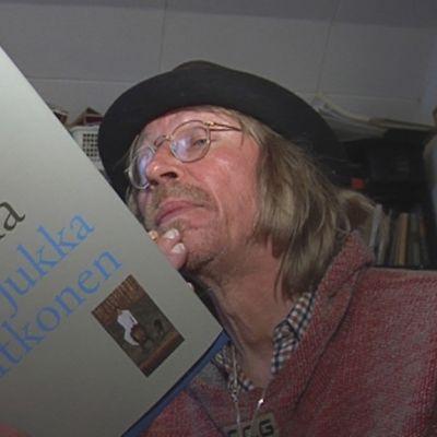 Jukka Itkonen sai Savonia-palkinnon vuonna 2009 teoksestaan Laululinnun saarella.