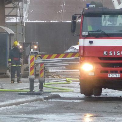 Paloauto ja palomies Sachtlebenin pigmenttitehtaan alueella Meri-Porissa.