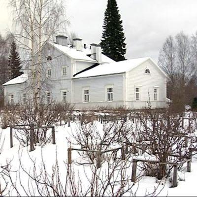 Lintulan luostarin vanha kartanorakennus.