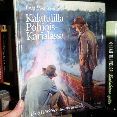 Kirja Kalatulilla Pohjois-Karjalassa kirjahyllyssä