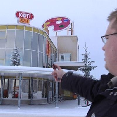 Kyyjärven kunnanjohtaja Matti Muukkonen kauppakeskus Paletin pihassa.
