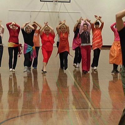 Tanssijoita jumppasalissa.