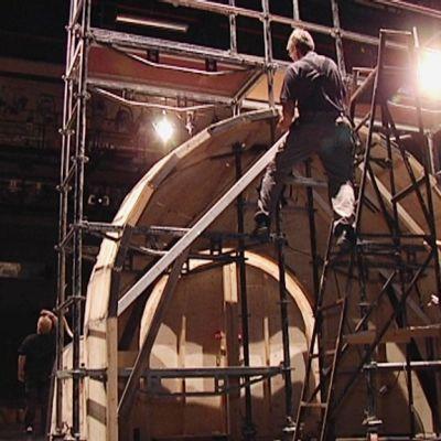 Lavasteita rakennetaan kaupunginteatterin lavalla.