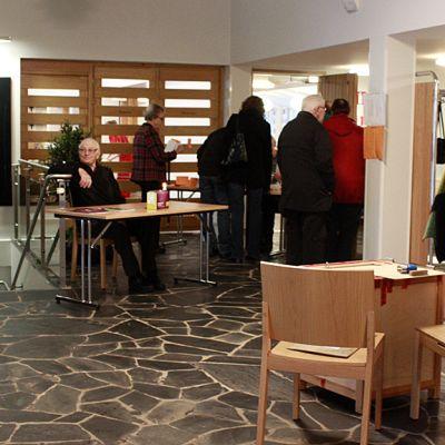 Kuvassa yleiskuvaa vaalipaikasta Kokkolan Kirkonmäen Kaarlelan seurakuntakodilta.