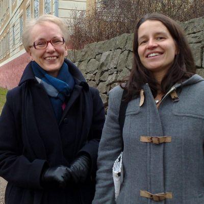 Marja-Sisko Ranta ja Leila Närhinen iloitsevat Teijon kyläyhdistyksen vireydestä.