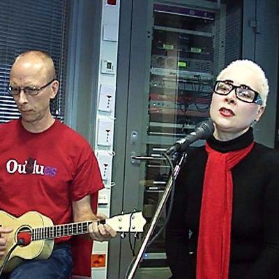 Sira Moksi laulaa YLE Oulu Radion studiossa Timo Nykyrin ukuleleorkesterin säestyksellä.