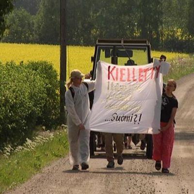 GMO-mielenosoitus maalaismaisemassa