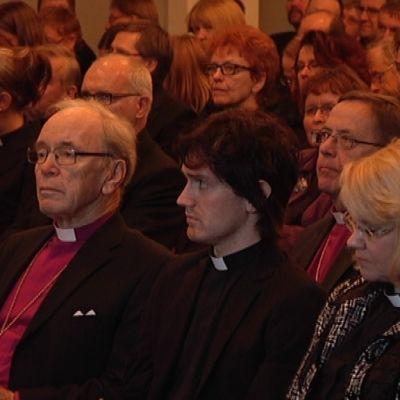 pappeja ja ex-arkkipiispoja synodaaalikokouksessa Naantalissa