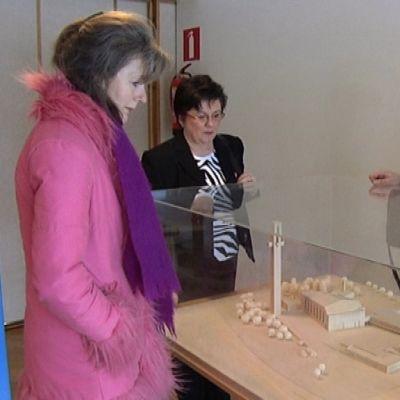 Opas Helena Koivisto esittelee Seinäjoen Aalto-keskusta kulttuurihankkeen brittiläiselle tuottajalle Beatrix Woodille ja Etelä-Pohjanmaan liiton projektipäällikkö Carita Laitalalle.