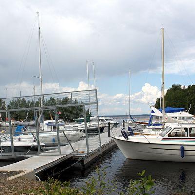 Veneitä venelaiturissa Joensuun Linnunlahdella.