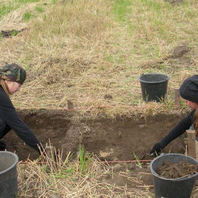 Arkeologisia kaivauksia tulee tehdä varoen, jotta satoja vuosia sitten maahan hautautuneet esineet eivät rikkoudu.