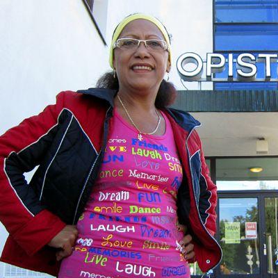 Martha Zamora Zumba-varusteissa menossa Vaasa-opistolle vetämään Zumba-tunteja.