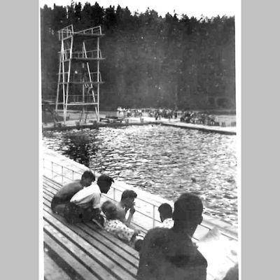 Ahveniston maauimala oli tuhansien Hämeenlinnalaisten kohtauspaikka 1960-luvulla. Olli Jalonenkin kävi siellä uimassa.