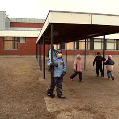Oppilaat viettävät osan koulutunneista ulkona kunnes muutto on saatu tehtyä.