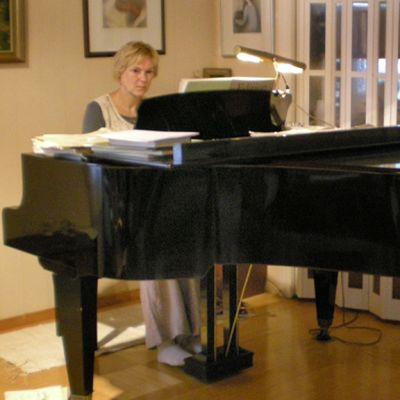 Musiikinopettaja Anne Sorjanen pitää lapsille laulamista todella tärkeänä.