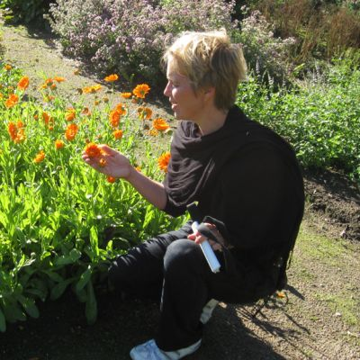 Toiminnanjohtaja Carina Wikman Aspegrenin puutarhassa.