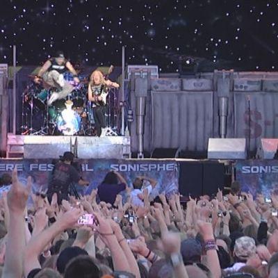 Bruce Dickinson hyppää korkealle ilmaan Iron Maidenin konsertissa.