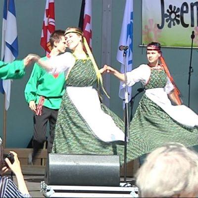 Tanssijoita lavalla Joensuun torilla.