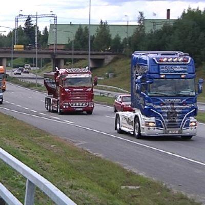 Erikoisrekat matkalla Alahärmän Power Truck Show -tapahtumaan.