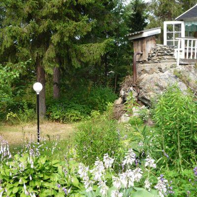 Kuvassa Kivelän puutarhan huvimaja on rakennettu kiven päälle.