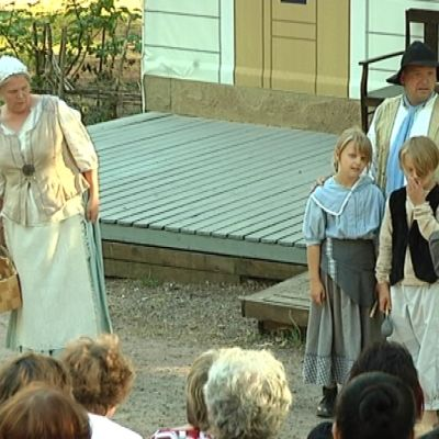 Toinen pääosan esittäjä Riikka Koli esiintyy välillä myös nykyaikaisissa vaatteissa.