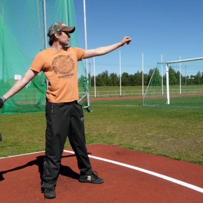 Ylivieskan Juha Myllykangas valmistautuu saappaanheittoon.