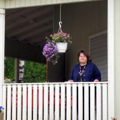 Eeva Mustonen ihastelee Lemmenlavan kukkaistutuksia.