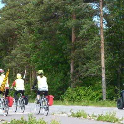 Pyöräilijät polkevat kohti Valamoa, kuvausryhmä seuraa.