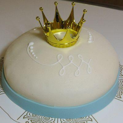 Virallinen prinsessakakku on pyöreä ja kuorrutettu valkoisella marsipaanilla. Kakkua kiertää myös sininen marsipaanivyö. Kakun päällä on sokerikristyyrillä tehtyjä kuvioita ja kullanvärinen kruunu.