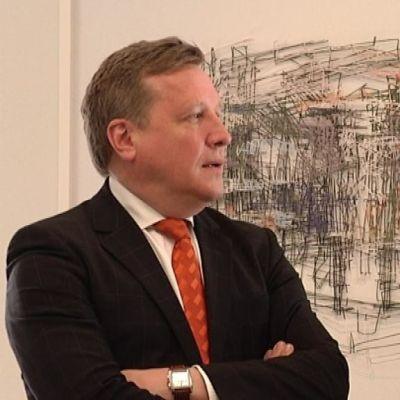 Kaupunginjohtaja Tapani Hellsten kiittää Hämeenlinnan puolesta taidelahjoittaja Vexi Salmea