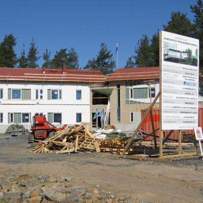 Petäjäveden kunnantalo on harjassa