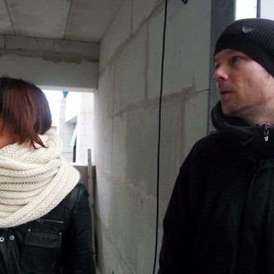 Kuvassa Kokkolan asuntomessuille taloa rakentavat Sanna Kallio ja Tomi Yrjänä.